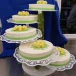 Hochzeitstorte Treppen-Etageren: Klassiker auf Etagere in Gelb und Grün arrangiert