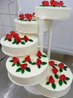 Hochzeitstorte Treppen-Etageren: Klassiker auf Etageren mit roten Rosen